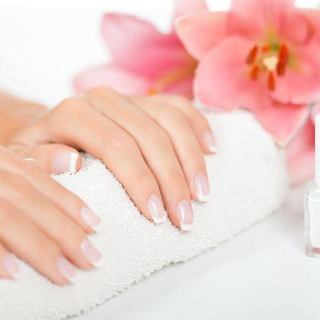 Manucurie dans un bain de paraffine et pose de vernis simple - Beauté des ongles