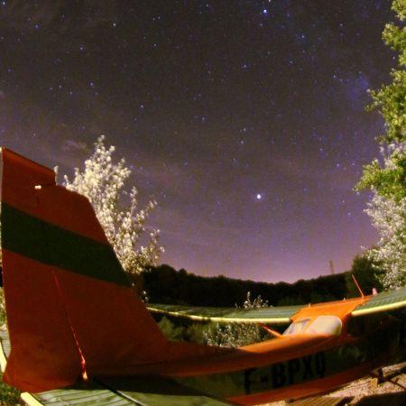 Une nuit en amoureux dans un avion Cessna et sa tour de contrôle