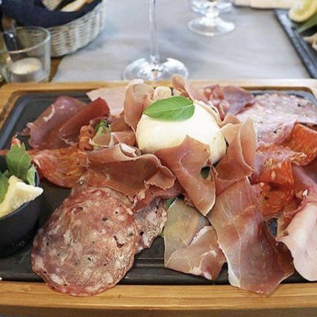 Soirée café théâtre avec ardoise de charcuteries et fromages italiens