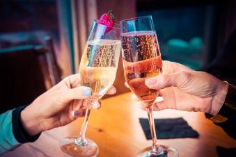 Dîner au champagne pour un duo d'amoureux image 2